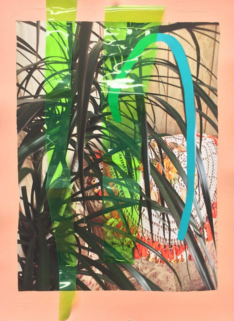 """""""Siéntate en mi regazo"""", 2018. Collage con una fotografía de un interior doméstico con una planta de interior y tejido de crochet sobre un sofá. La pintura de color melocotón bordea la fotografía y se pinta una línea gruesa curva azul sobre la imagen con dos tiras de vinilo de color amarillo neón y translúcidas sobre la imagen. La pieza mide 15 pulgadas x 10 pulgadas y podrá ser vista en la exposición individual de Martínez """"Casa Celestial"""" en el Museo de Arte de la Universidad de Loyola del 3 de julio al 20 de octubre de 2018. Imagen cortesía del artista."""