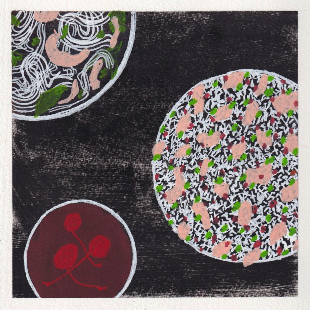 Imagen: La ilustración es un bol de phở visto de arriba, arroz frito con pollo y refresco de arándano. Solo la parte superior de los elementos está enfocada sobre un fondo negro texturizado. El bol de phở en la esquina superior izquierda tiene fideos blancos y formas abstractas de color verde y rosa claro. En el medio de la ilustración, el bol de arroz frito con pollo tiene pequeños granos blancos, pequeños puntos verdes y rojos y formas abstractas color rosa claro. Tres cerezas al marrasquino flotan en la parte superior del refresco de arándano rojo intenso en primer plano. Ilustración de Damiane Nickles.